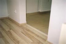 Plovoucí podlaha a dlažba s přecodovou lištou.